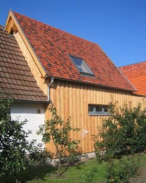 Süd/Ost-Ansicht mit Boden-Deckel-Schalung aus Douglasienholz